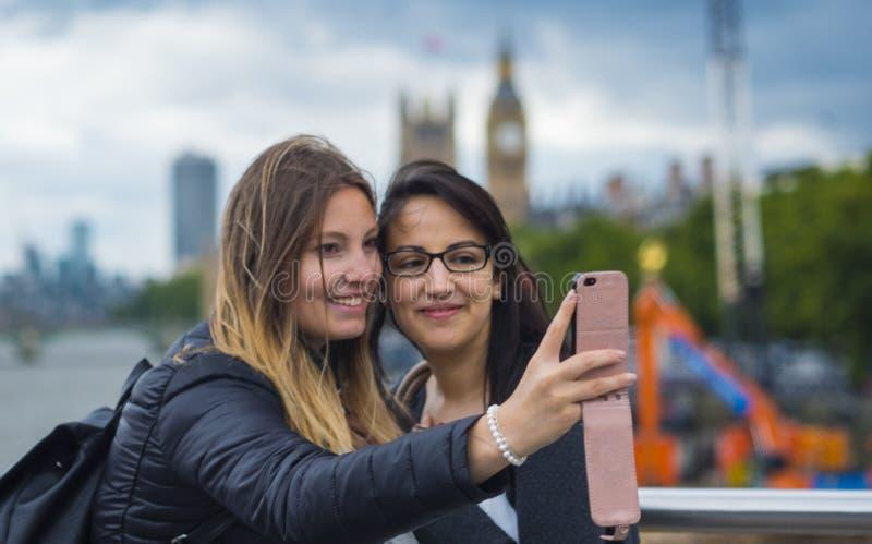 Dwa dziewczyn podróż Londyn obrazy stock
