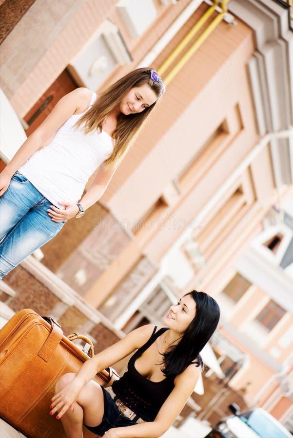Dwa dziewczyn podróżować wędkuję obrazy stock