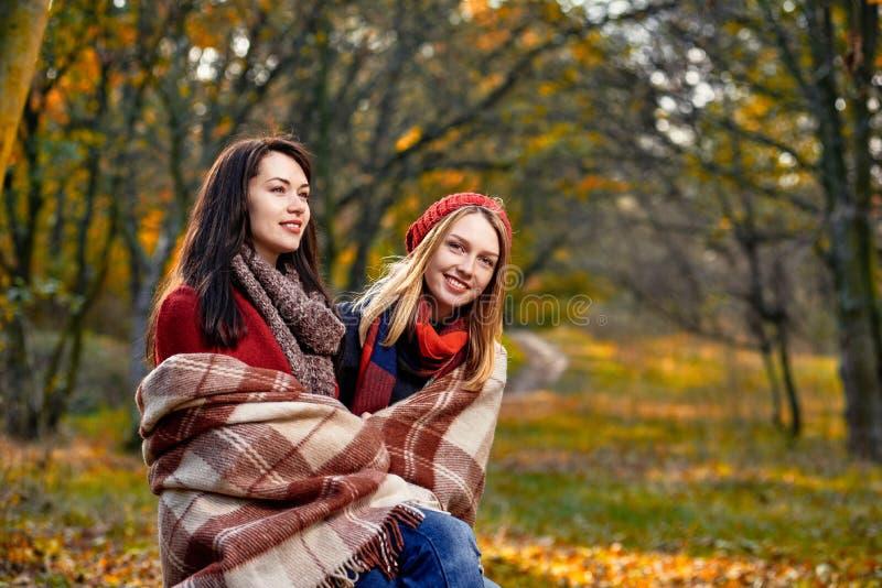 Dwa dziewczyn wygrzewać się obrazy royalty free
