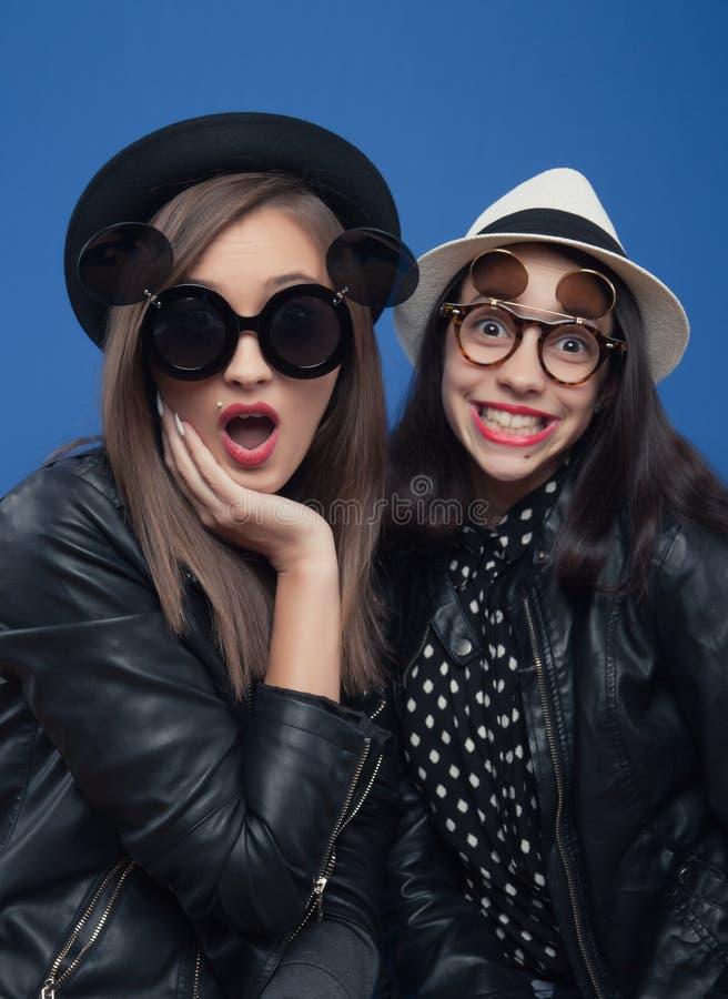 Dwa dziewczyna pozuje w fotografia bucie zdjęcia stock