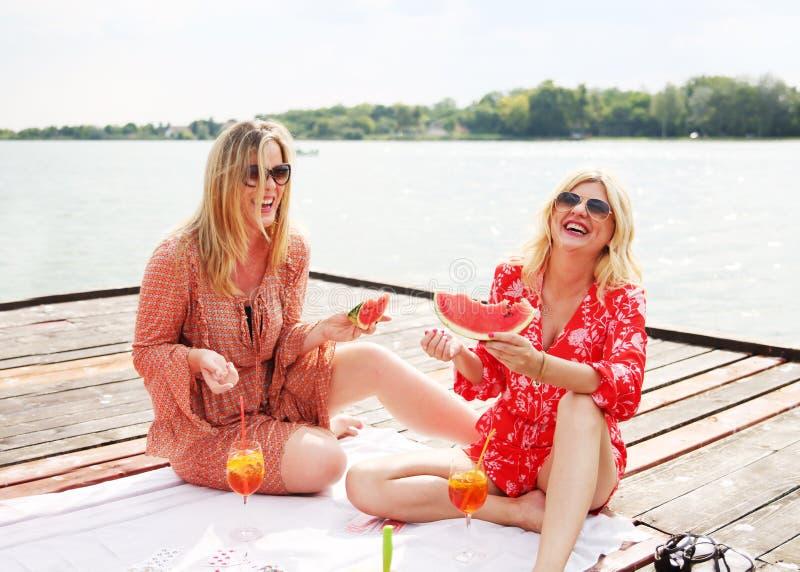Dwa dziewczyna przyjaciela śmia się zabawę i ma zdjęcie royalty free