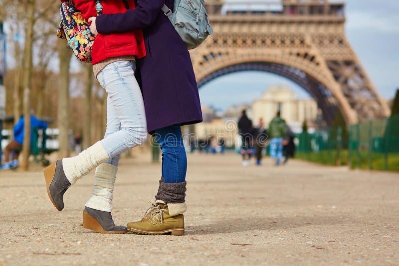 Dwa dziewczyny ściska na ulicie w Paryż fotografia stock