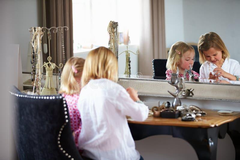 Dwa dziewczyny Bawić się Z biżuterią I Uzupełniali zdjęcia stock