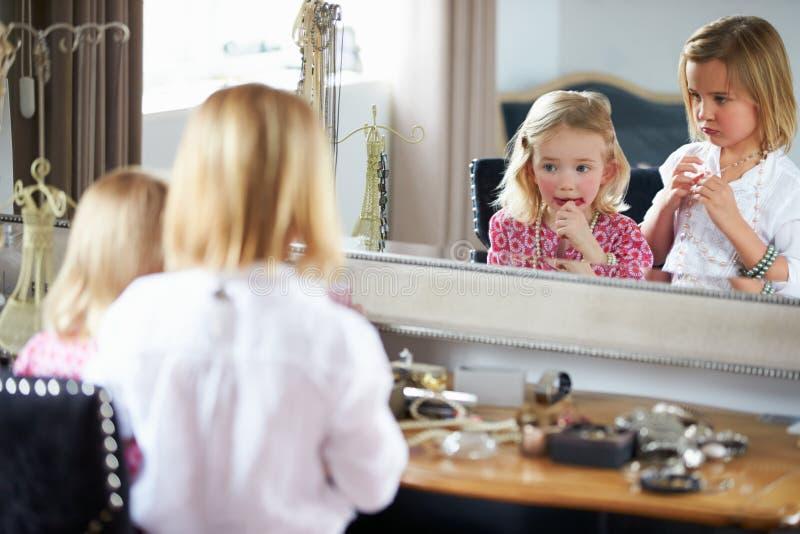 Dwa dziewczyny Bawić się Z biżuterią I Uzupełniali obrazy stock