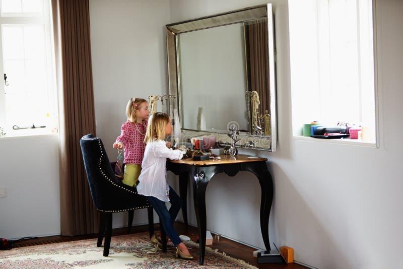 Dwa dziewczyny Bawić się Z biżuterią I Uzupełniali zdjęcie stock