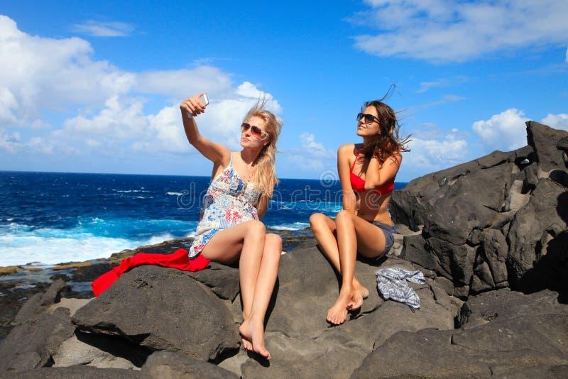Dwa dziewczyny bierze fotografię na plaży w wakacjach letnich i vacat zdjęcie stock
