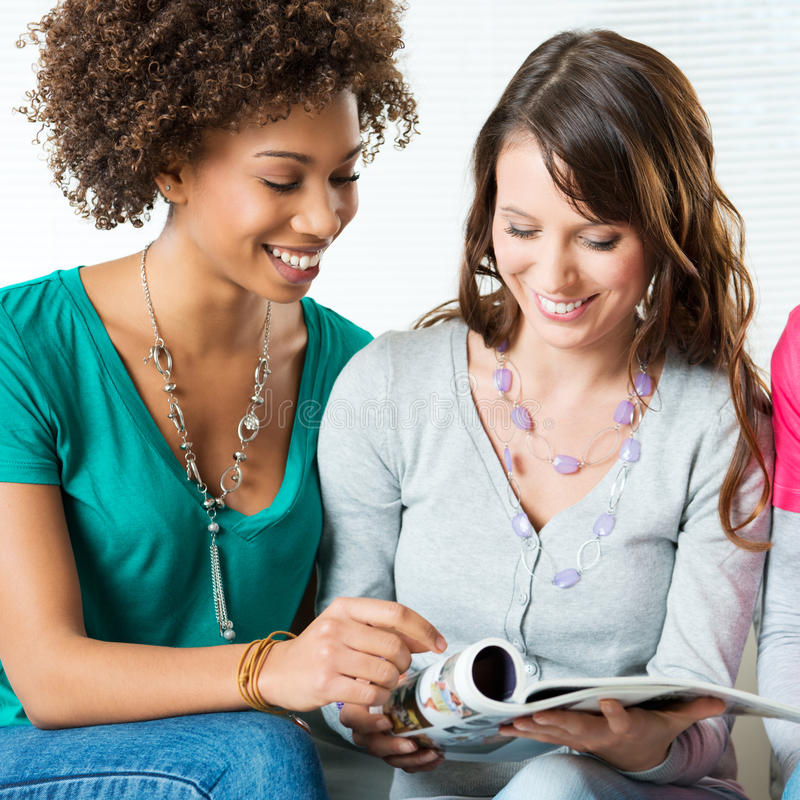 Dwa dziewczyny Czyta magazyn fotografia royalty free