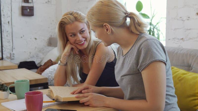 Dwa dziewczyny czytają książkę zdjęcia royalty free