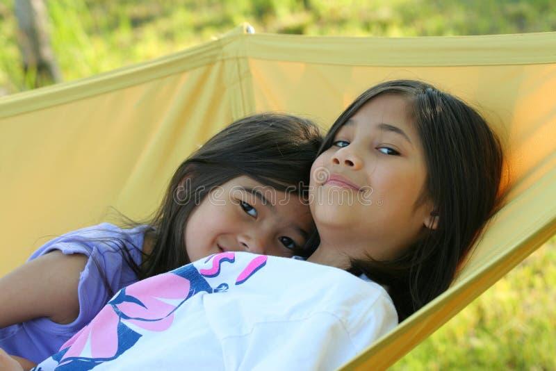 Dwa dziewczyny na hamaku zdjęcie stock