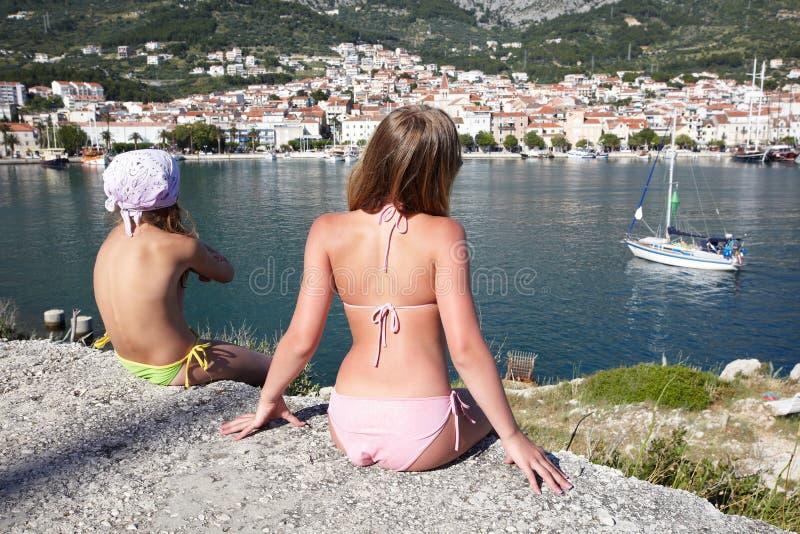 Dwa dziewczyny na wybrzeżu morze obraz royalty free