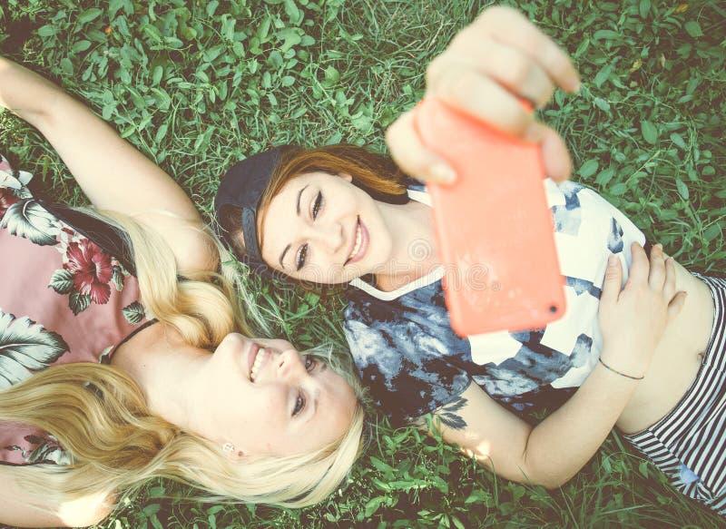 Dwa dziewczyny ono uśmiecha się przy kamerą zdjęcia stock