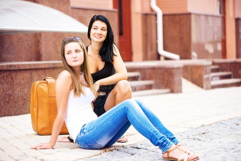 Dwa dziewczyny podróżuje ulicę zdjęcie stock