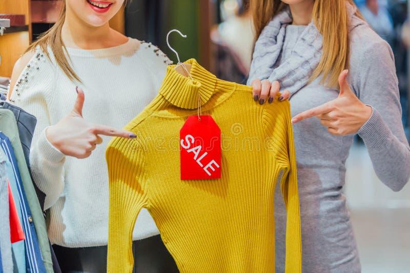 Dwa dziewczyny polubili ten sam rzecz Podnoszący na duchu, uśmiechnięty i roześmiany, zdjęcia royalty free