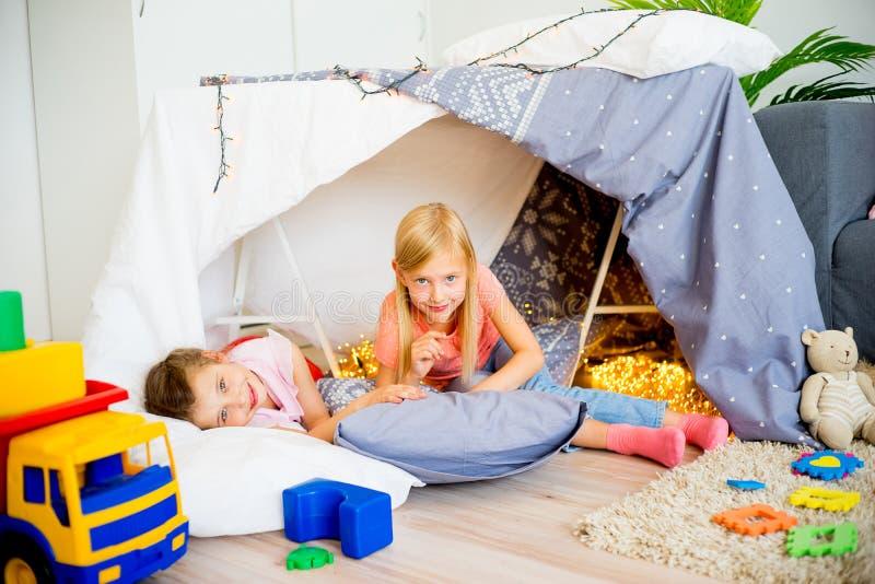 Dwa dziewczyny przy sleepover fotografia stock