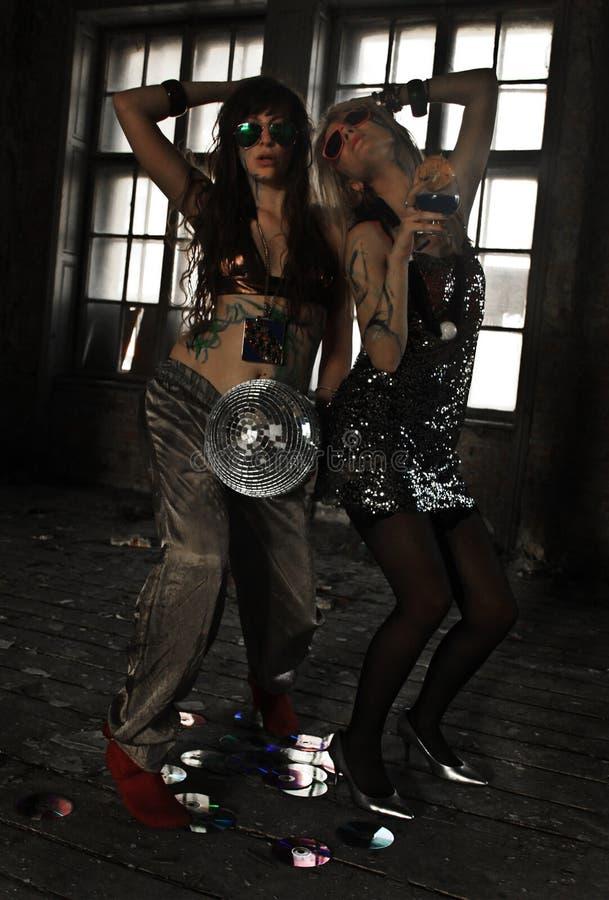 Dwa dziewczyny tanczy z dyskoteki piłką przy zaniechanym domem zdjęcia royalty free