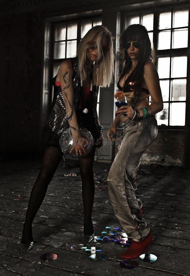 Dwa dziewczyny tanczy z dyskoteki piłką przy zaniechanym domem zdjęcie royalty free