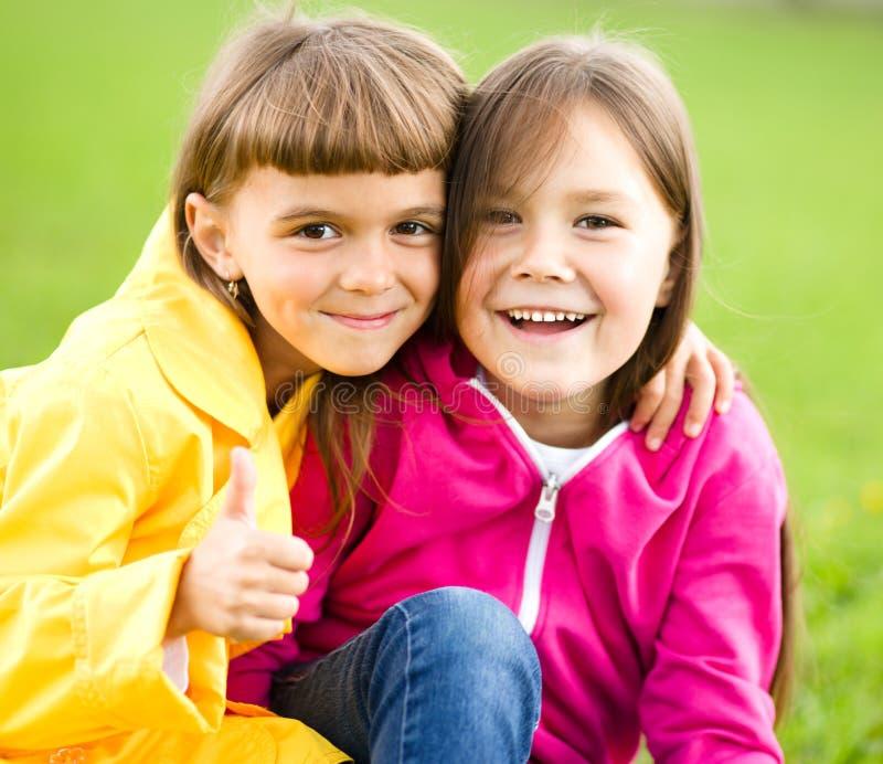 Dwa dziewczyny trzyma twarz w niewiarze zdjęcie royalty free