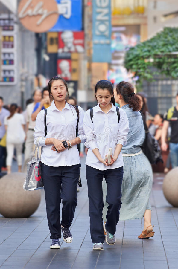 Dwa dziewczyny ubierali w szkolnej odzieży, Szanghaj, Chiny obrazy stock