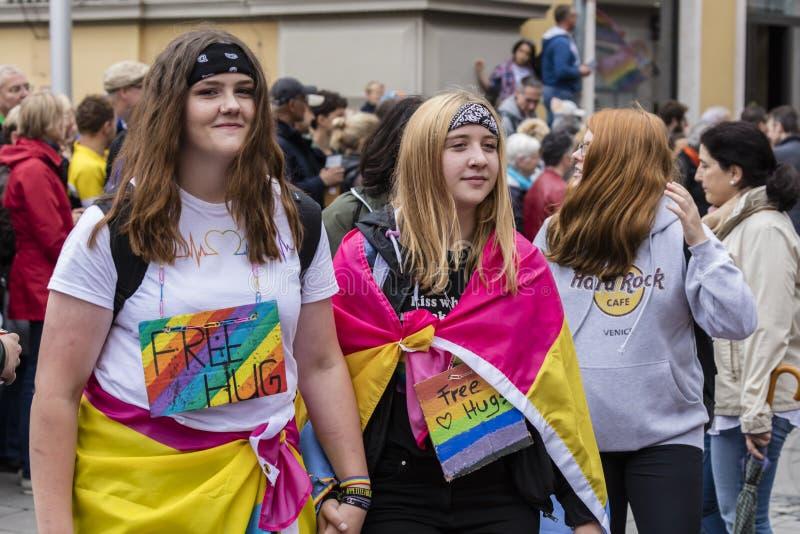 2019: Dwa dziewczyny uczęszcza Gay Pride paradują także znają jako Christopher dnia Uliczny CSD w Monachium, Niemcy obraz stock