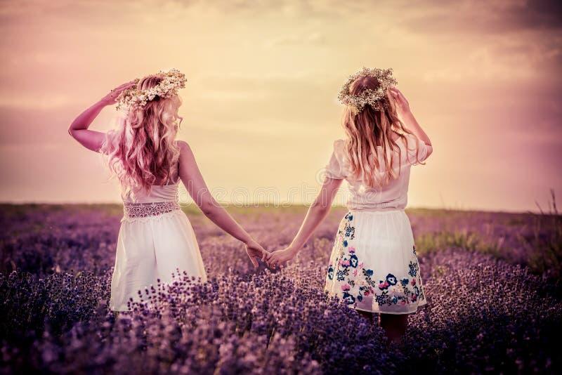 Dwa dziewczyny w lawendy polu obrazy royalty free