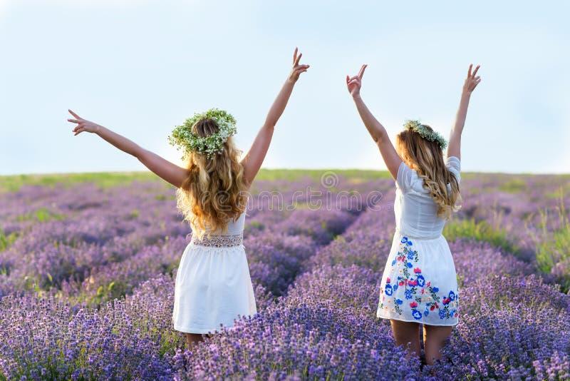 Dwa dziewczyny w lawendy polu obraz royalty free