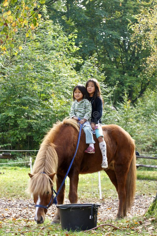 Dwa dziewczyny z koniem obraz stock