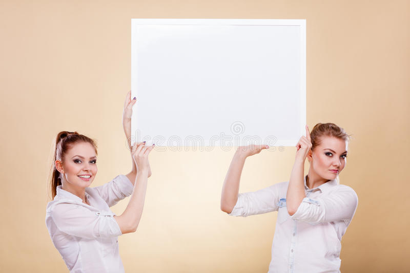 Dwa dziewczyny z pustej prezentaci deską zdjęcia royalty free