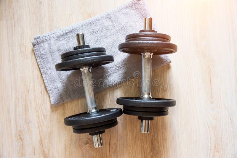 Dwa dzwonki leżą na podłodze z ręcznikiem, trening domowy obraz stock