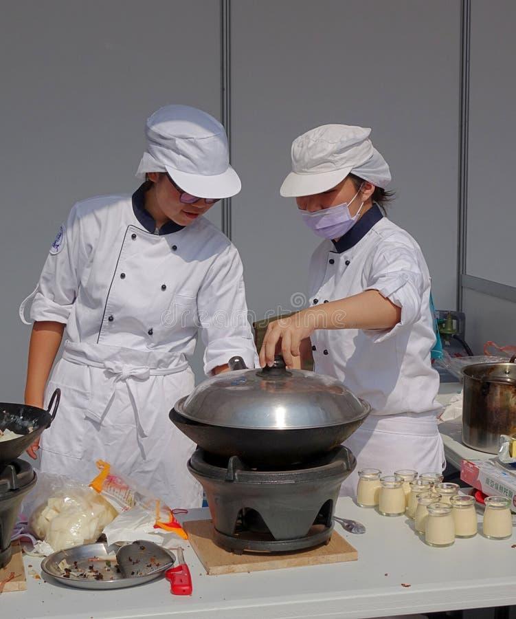Dwa Żeńskiego szefa kuchni Przygotowywają parostatek zdjęcia stock