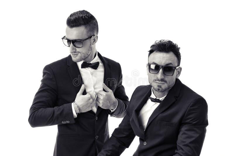 Dwa eleganckiego mężczyzna w kostiumu i bowtie odizolowywających zdjęcie stock