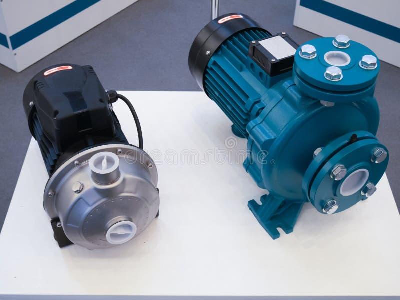 Dwa elektrycznej zmotoryzowanej przenośnej pompy wodnej przy narzędzia sklepem obrazy royalty free