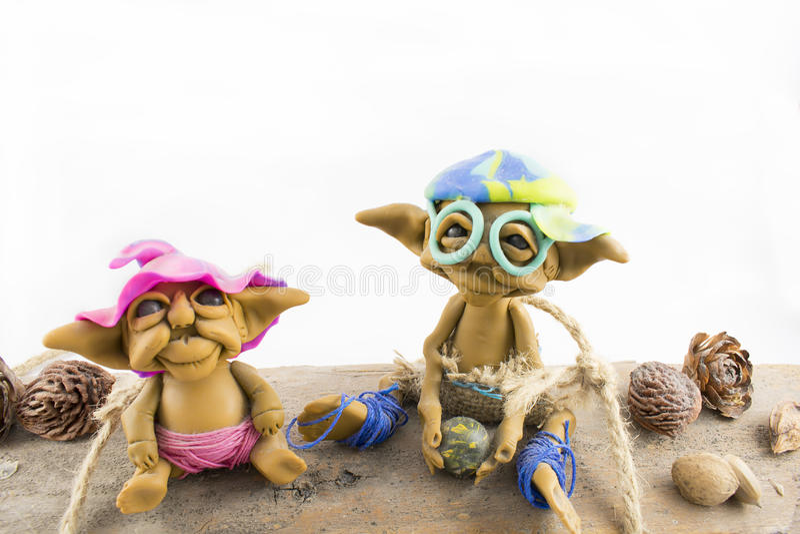 Dwa elfa siedzi na drewnie zdjęcie stock