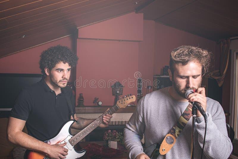 Dwa faceta bawić się śpiew i gitarę elektryczną obrazy stock