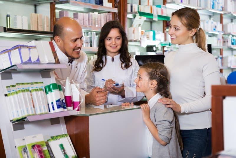 Dwa farmaceuty pomaga klientów zdjęcie royalty free