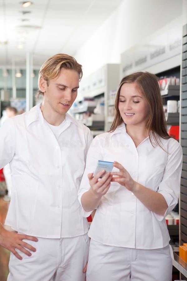 Dwa farmaceuty w aptece obraz stock
