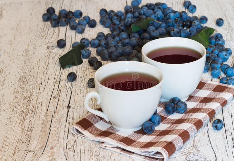 Dwa filiżanki herbaciany zbliżenie na pielusze z wzorem w klatce dalej zdjęcie stock