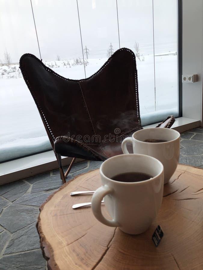 Dwa filiżanki herbata na talerzu na stole konopie w kawiarni obrazy royalty free
