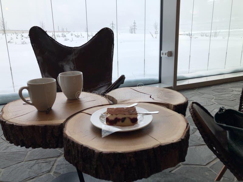 Dwa filiżanki herbata na talerzu na stole konopie w kawiarni zdjęcia royalty free