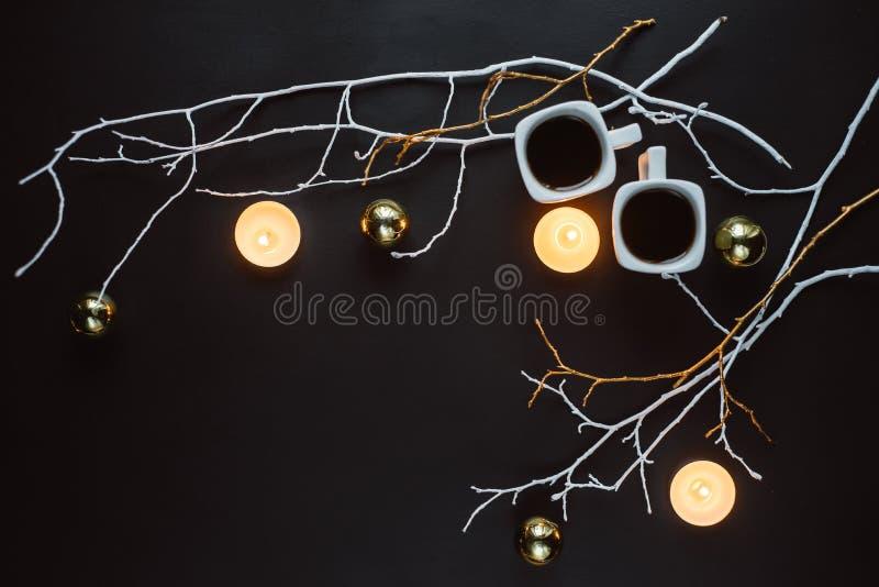 Dwa filiżanki kawy, gałąź, świeczki i boże narodzenie zabawki na ciemnym tle, fotografia stock