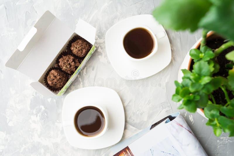 Dwa filiżanki kawy i czekolady cukierki w kawiarni zdjęcia royalty free