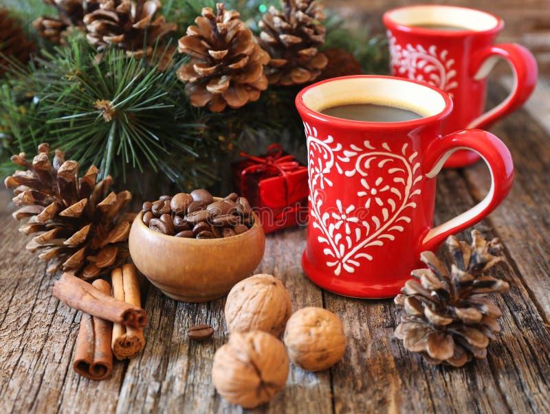 Dwa filiżanki kawy, kawowych fasole, sosna rożki i nowego roku decorat, zdjęcie stock