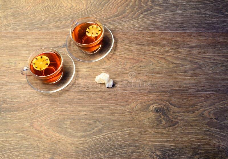 Dwa filiżanki na dobrze blisko graby na rocznika drewnianym stole Co obrazy royalty free