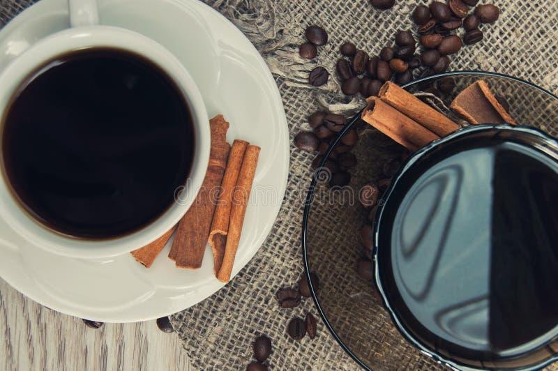 Dwa filiżanki ranek fragrant kawa na wzorzystym drewnianym stole fotografia royalty free