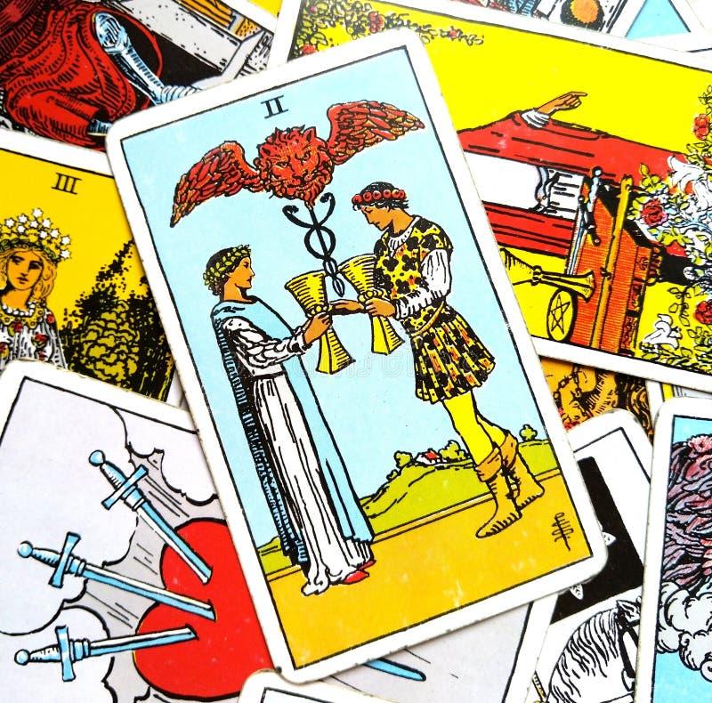 2 Dwa filiżanki Tarot karty oferta związek Szczęśliwa para Tylko one Przyglądają się dla partnerstwa, Fri Each Innych związku suk ilustracja wektor