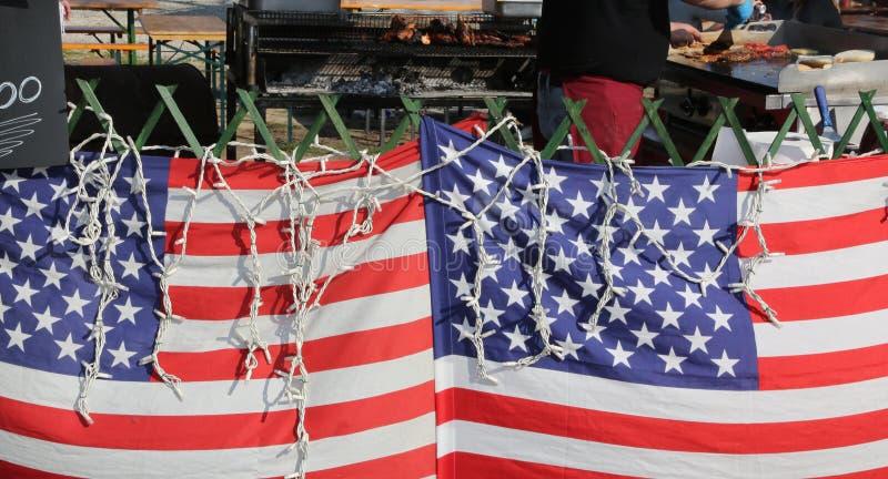 dwa flaga amerykańskiej w ulicznym jedzenie kramu podczas gdy kucbarski prepa zdjęcie royalty free