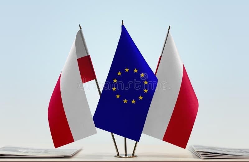 Dwa flaga Polska pośrodku i Europejski zjednoczenie obrazy royalty free