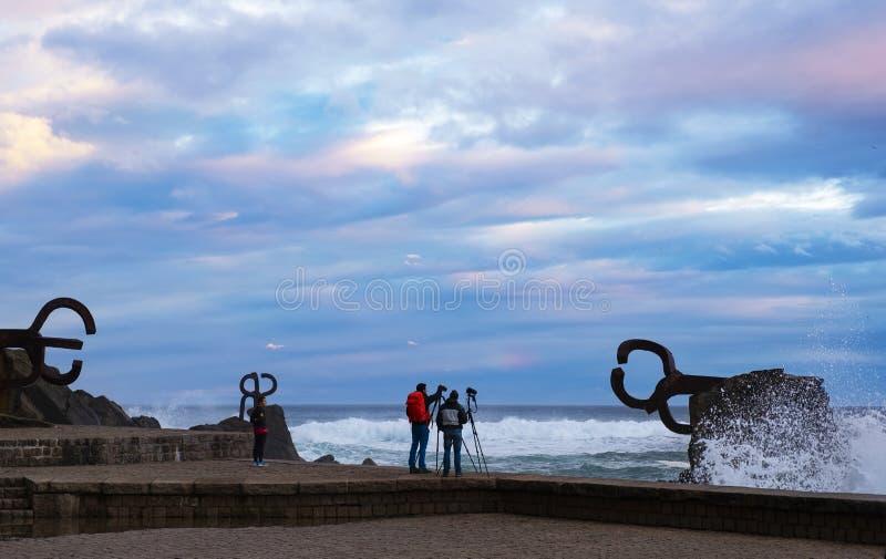 Dwa fotografa w El Peine De Los Vientos w mieście San Sebastian zdjęcia stock
