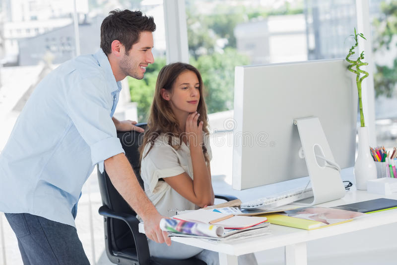 Dwa fotografia redaktora pracuje na ich komputerze obraz stock