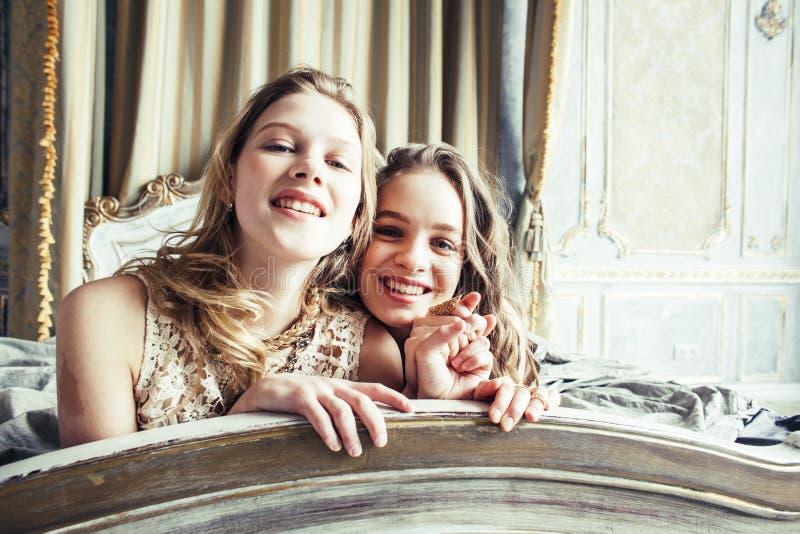 Dwa fryzury ładna bliźniacza siostrzana blond kędzierzawa dziewczyna w luksusowy hous fotografia stock