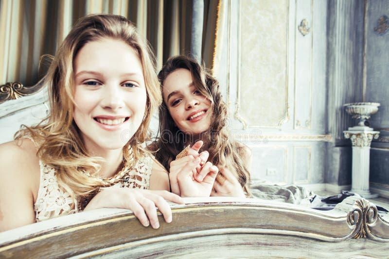 Dwa fryzury ładna bliźniacza siostrzana blond kędzierzawa dziewczyna w luksusowy hous fotografia royalty free